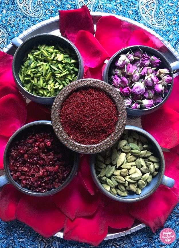 Persische Gewürze: Safran, Berberitzen, Pistazien, Kardamom, Rosenblüten
