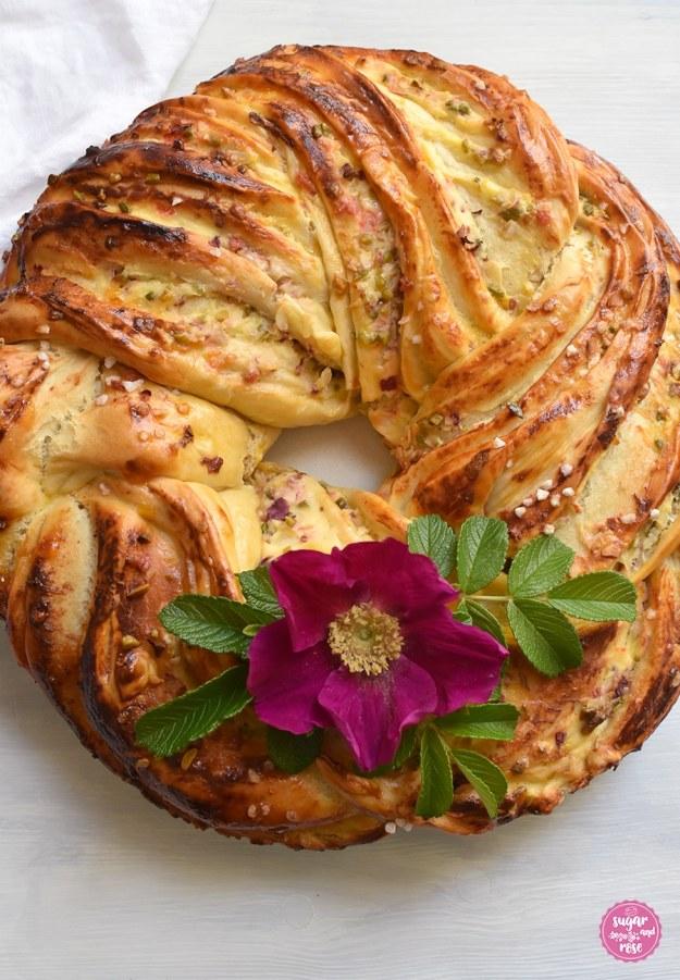 Hefekranz mit Topfenfüllung, Pistazien und Rosenblüten