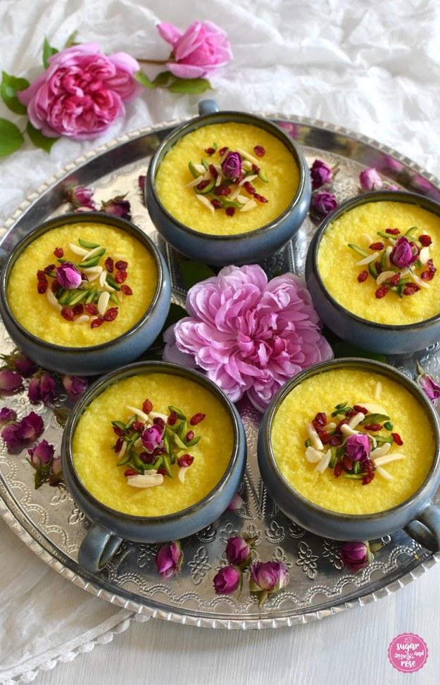 Safran-Reispudding mit Rosenwasser auf Silbertablett