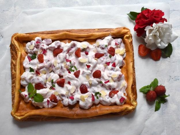 Topfenkuchen mit Skyr und Erdbeeren