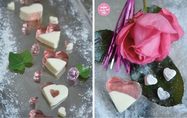 Links ein Silbertablett mit zweifarbigen Jellyherzen (halb milchig weiß, halb durchsichtig rosa); rechts eine rosa Rose, davor ein großes Jellyherz und drei kleine in Silberflitter getauchte Jellyherzen