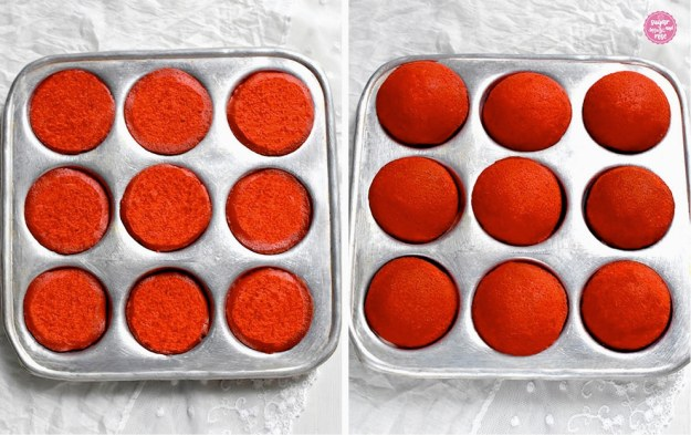 Silberfarbenes Dalkenblech mit den frischgebackenen roten halbkugelförmigen Whoopie-Küchlein