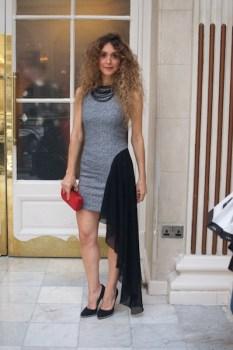 Chrysanthi Kosmatou es una editora y blogger de mida griega. Usa diseño de su país con orgullo. Su vestido, bolso, tacones y hasta el coyar son de la marca Camorra Fashion. think-feel-discover.com