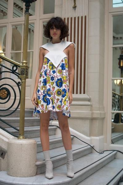 Irene es modelo. Aquí usa un vestido padrísimo de Paul Costelloe. Modeló en su show y amó este look porque le encantan los estampados florales. «El diseñador es muy lindo y me dijo que podía usar el vestido después de la pasarela», confesó muy feliz.