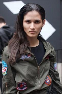 Sara es una modelo brasileña. Pensando en el frío clima de Londres decidió con capas de inspiración militar. La verdad es nuestro outfit favorito porque demuestra que la actitud es el ingrediente más importante para el éxito de un atuendo.