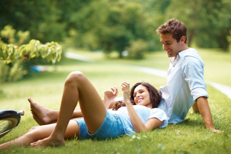 couple-on-picnic-in-a-park