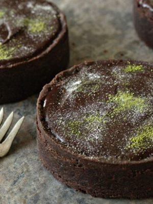 Matcha Chocolate Tarts | From SugarHero.com