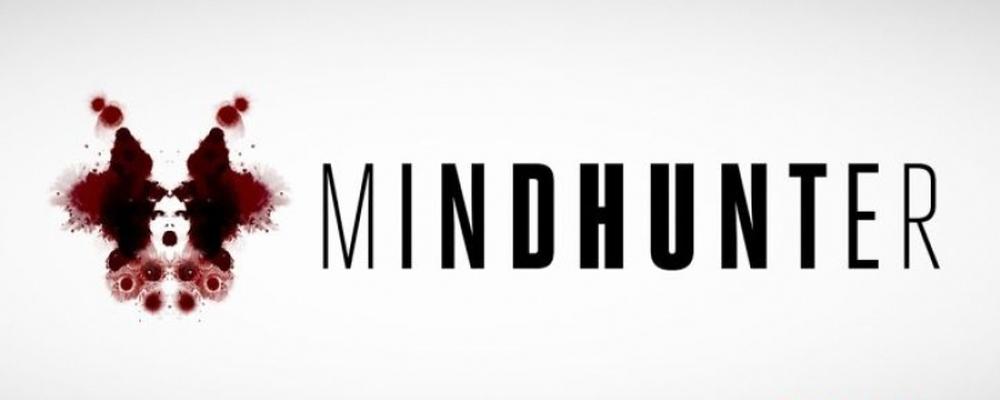 Mindhunter è un viaggio nella mente contorta dei più spietati serial killer americani, un thriller innovativo ed anomalo diretto in parte da David Fincher.