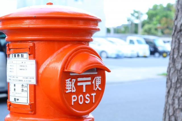 郵便局員が年賀状を売っている