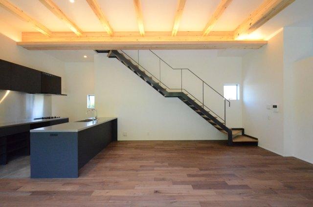 30坪で1000万円台の注文住宅の建築実例(リビング階段とシンプルなキッチン)