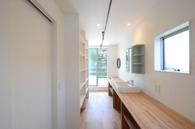 建築家と建てたデザイン住宅の内観:明るいランドリールーム
