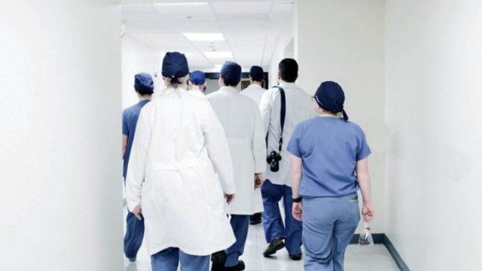 Largimi i mjekëve trend në rritje, kërkohet të ndryshohet Ligji për shëndetësi