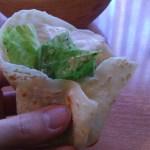 トルティーヤでサラダを巻いた写真