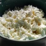 カタマリを細かくしてカッテージチーズ完成