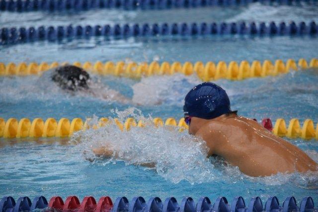 【平泳ぎの正しい泳ぎ方と速くなるコツ】息継ぎやターン手足のタイミングを習得
