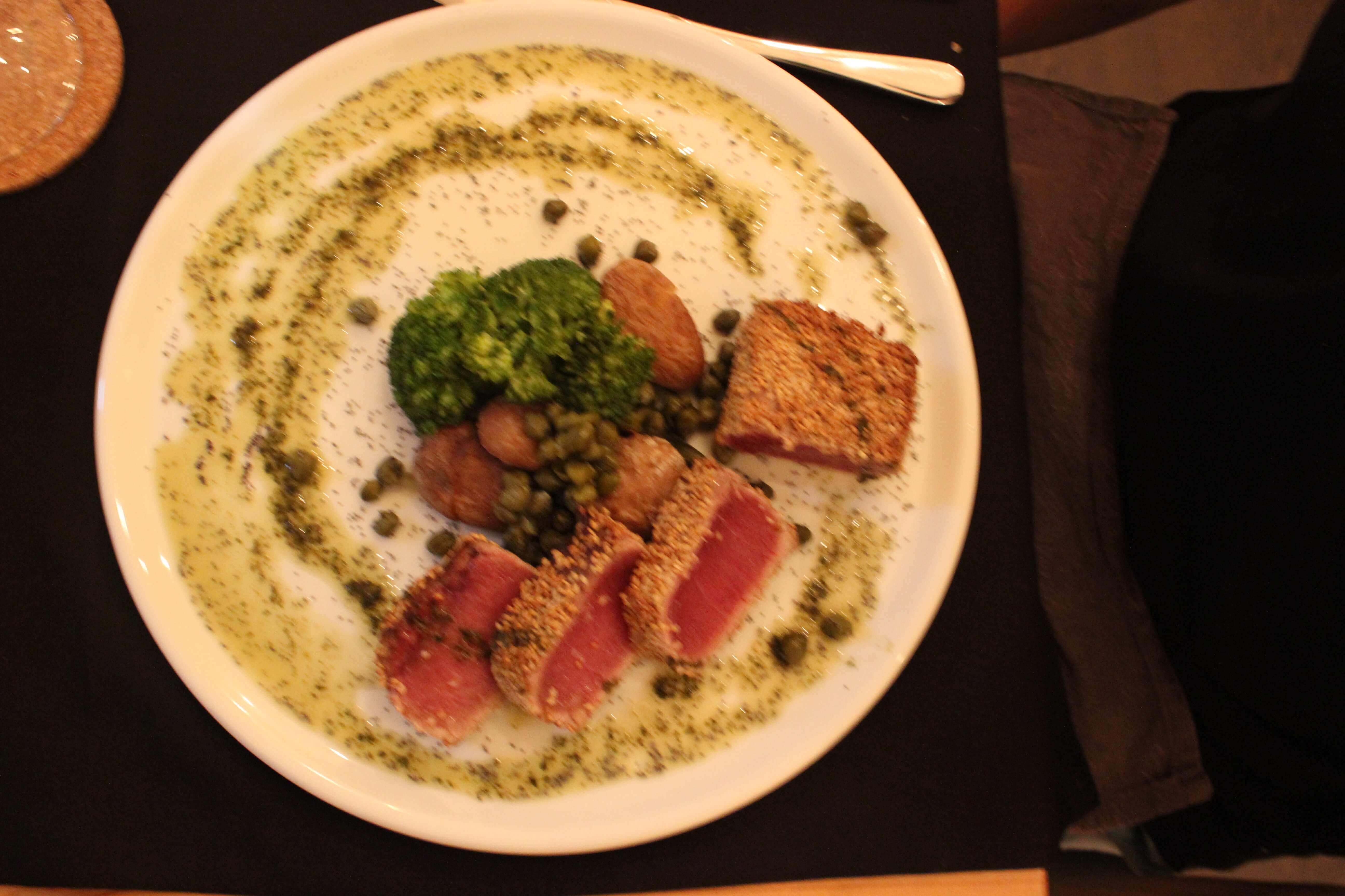 tuna steak with veggies and potatoes