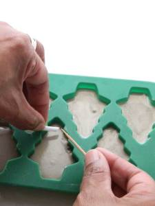 Making cement Christmas trees garland
