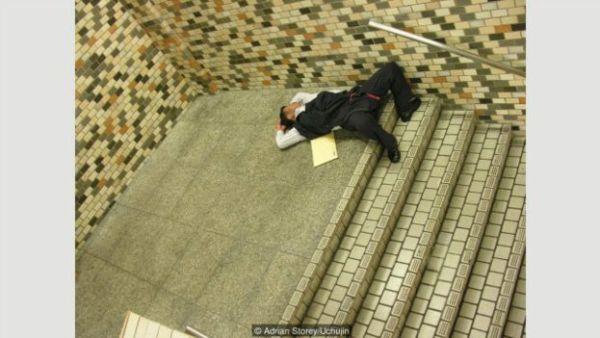 Mengapa orang Jepang biasa 'tidur' di tempat umum?