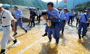 Blusukan Ke Daerah Banjir, Pejabat Jepang Dicaci Gara-Gara Minta Digendong Untuk Lewati Genangan