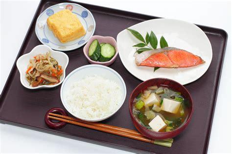 5 Penjelasan Kebiasaan Orang Jepang Tidak Minum Saat Makan