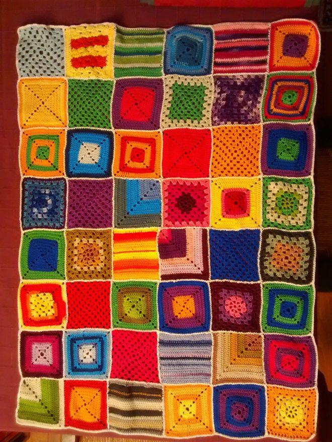 Un bien jolie couverture en carrés au crochet