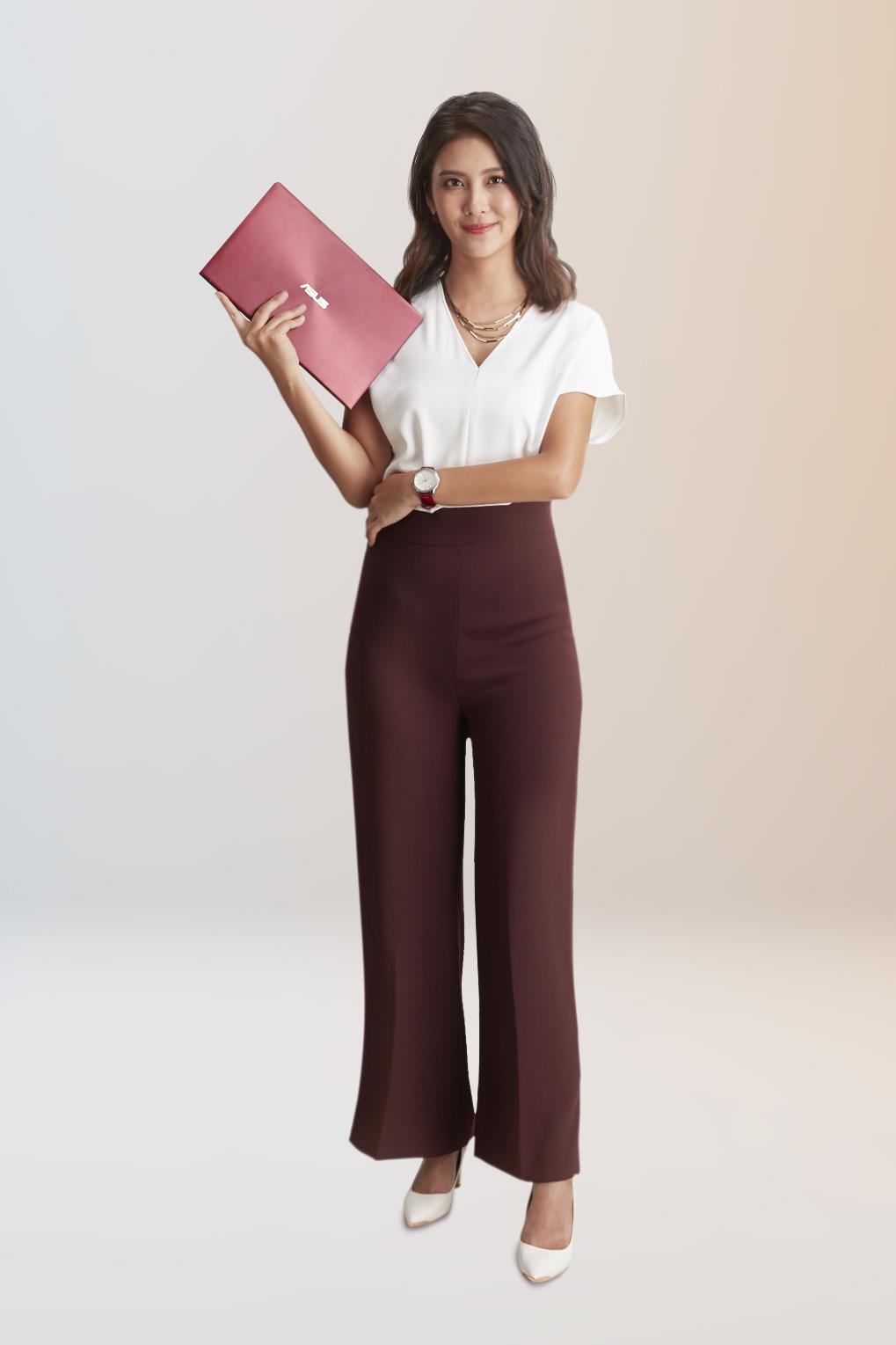 ZenBook的輕薄設計感到驚豔,並認為勃艮第紅新色很有質感、使用起來讓人充滿自信。