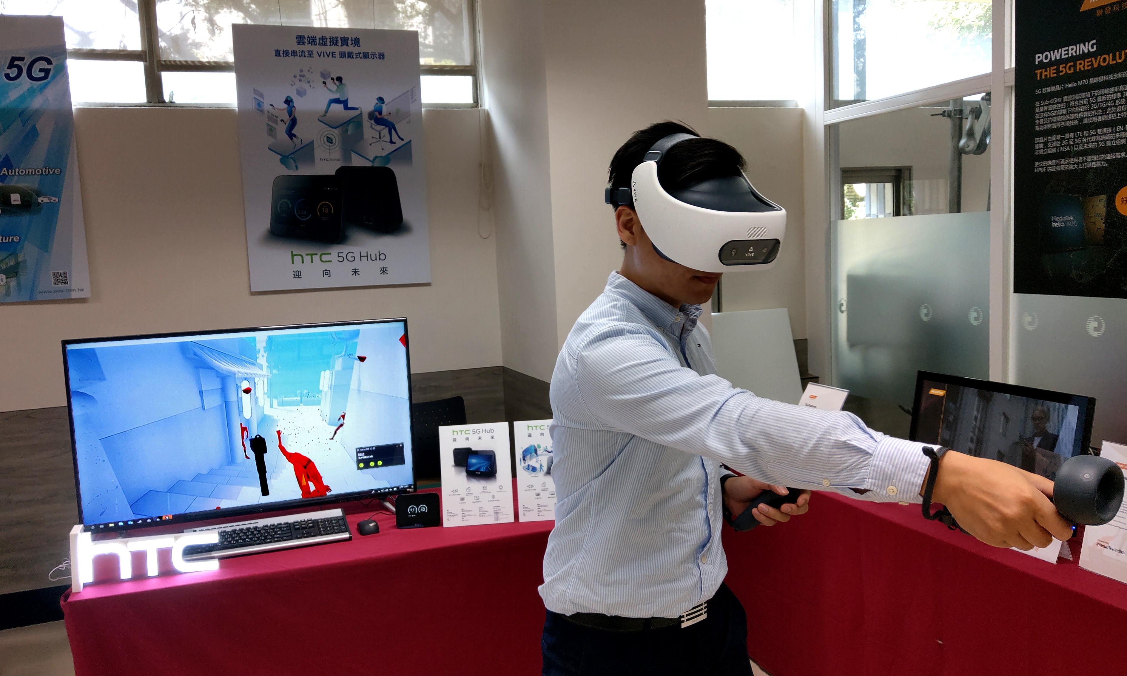 HTC新聞照片(中華電信5G領航隊年度大會中演示將PCVR內容透過HTC 5G Hub串流至單機VR設備VIVE Focus Plus上)