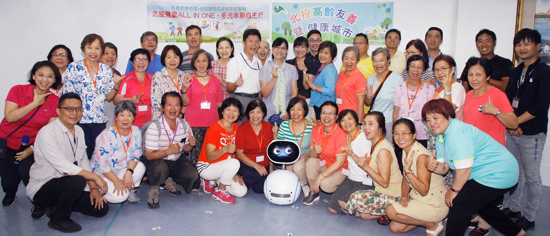 Zenbo和現場學員們開心合影。