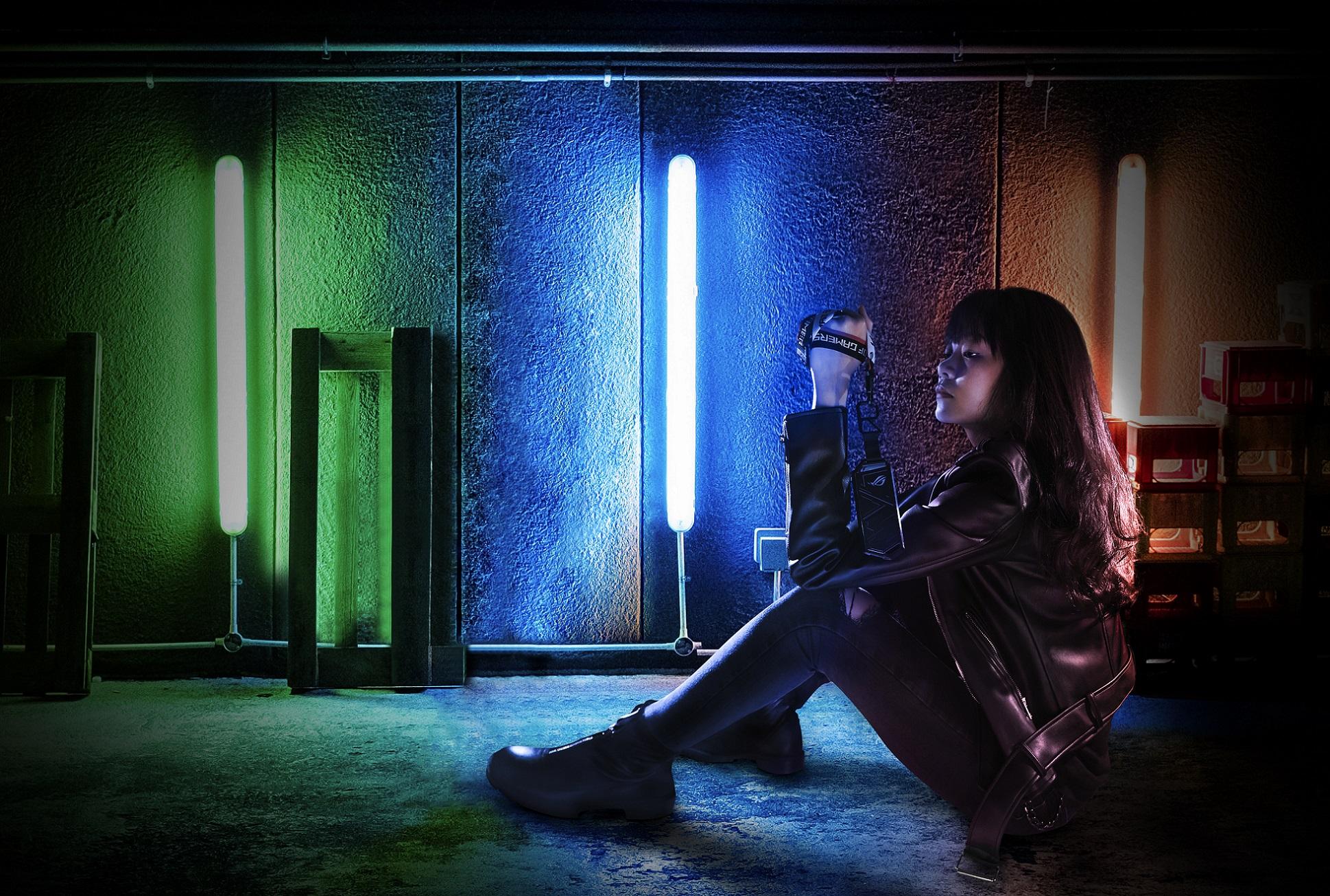 ROG Strix Arion SSD 固態硬碟外接盒內建的ASUS Aura Sync燈光技術,展示RGB酷炫燈效,盡顯個人電競風格。