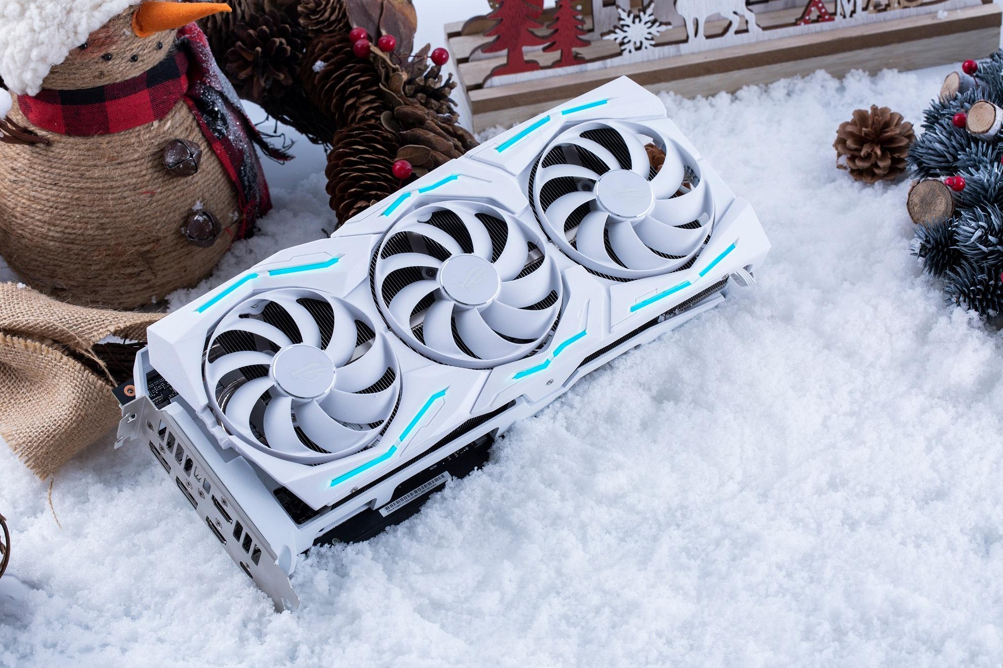 ROG Strix GeForce RTX 2080 Ti潮競白電競顯示卡源自白色聖誕為設計靈感,即刻為白色聖誕節揭開序幕、增添更多歡樂氛圍。