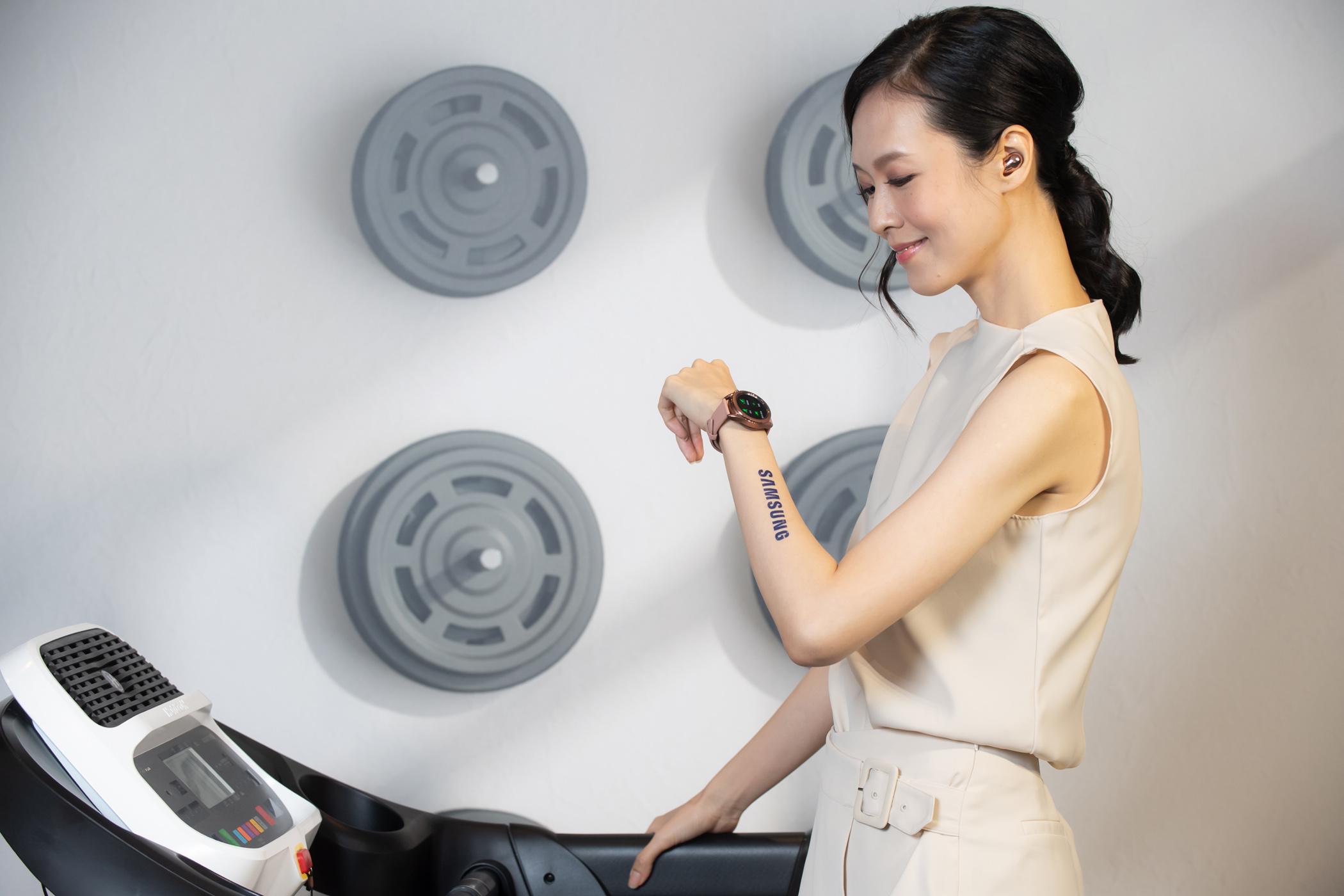 Galaxy Watch3搭載先進跑步分析功能,能監控跑步時的各種生理指數