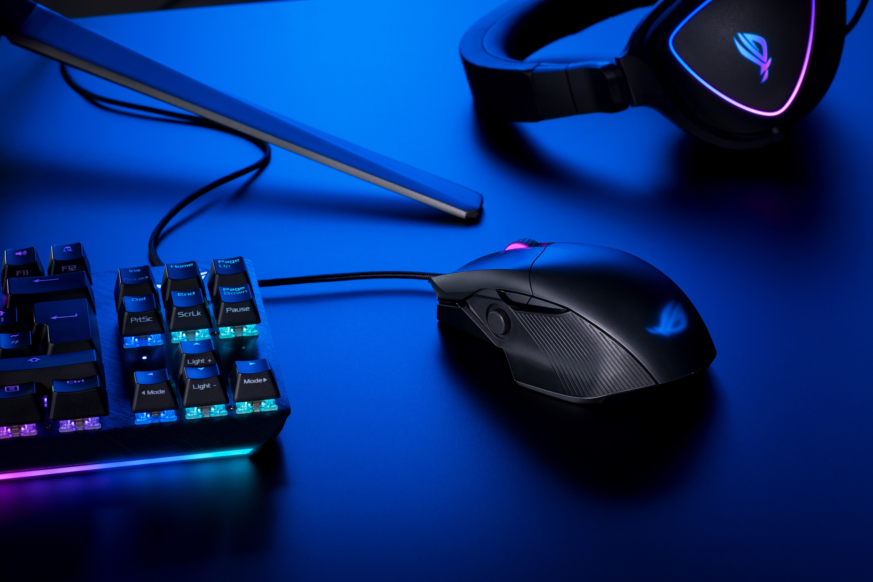 ROG Chakram Core有線光學電競滑鼠搭載可編程、可拆卸的搖桿,提供類比與數位兩種模式,可根據遊戲需求配對不同指令,提升遊戲操作力。