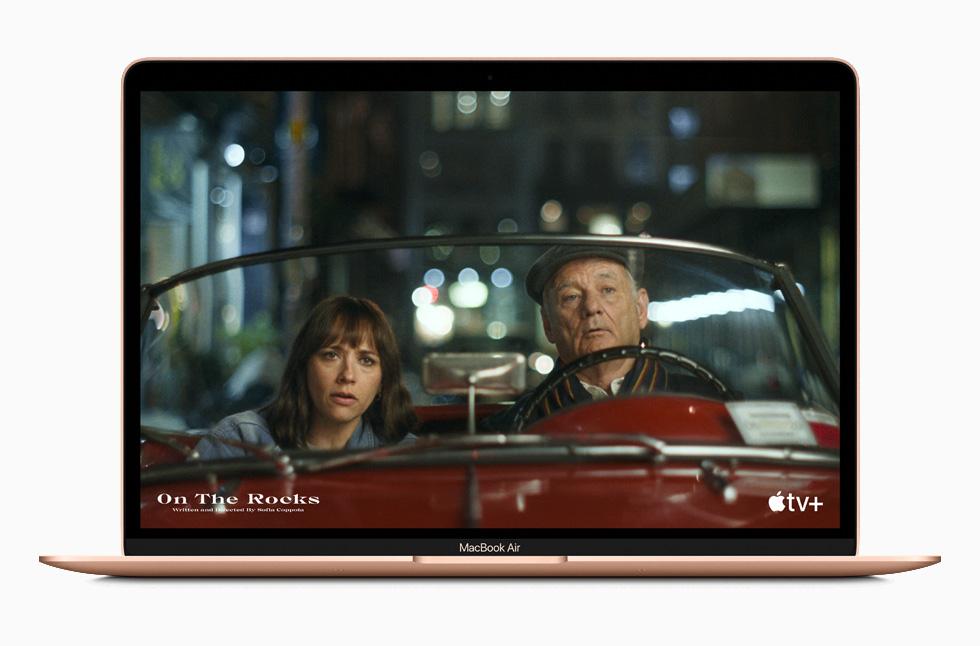 有了最長可達 18 小時電池續航力,只要一次充電,MacBook Air 使用者就能觀看更多他們喜愛的電影與電視節目。