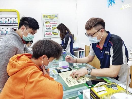 傑昇通信門市人員每月進行超過32小時的教育訓練,致力帶給客戶一致的服務