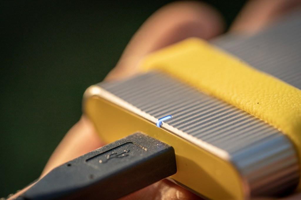 Sony SL-M 系列SSD固態硬碟搭載清楚易讀的LED指示燈,方便隨時確認電力狀態。