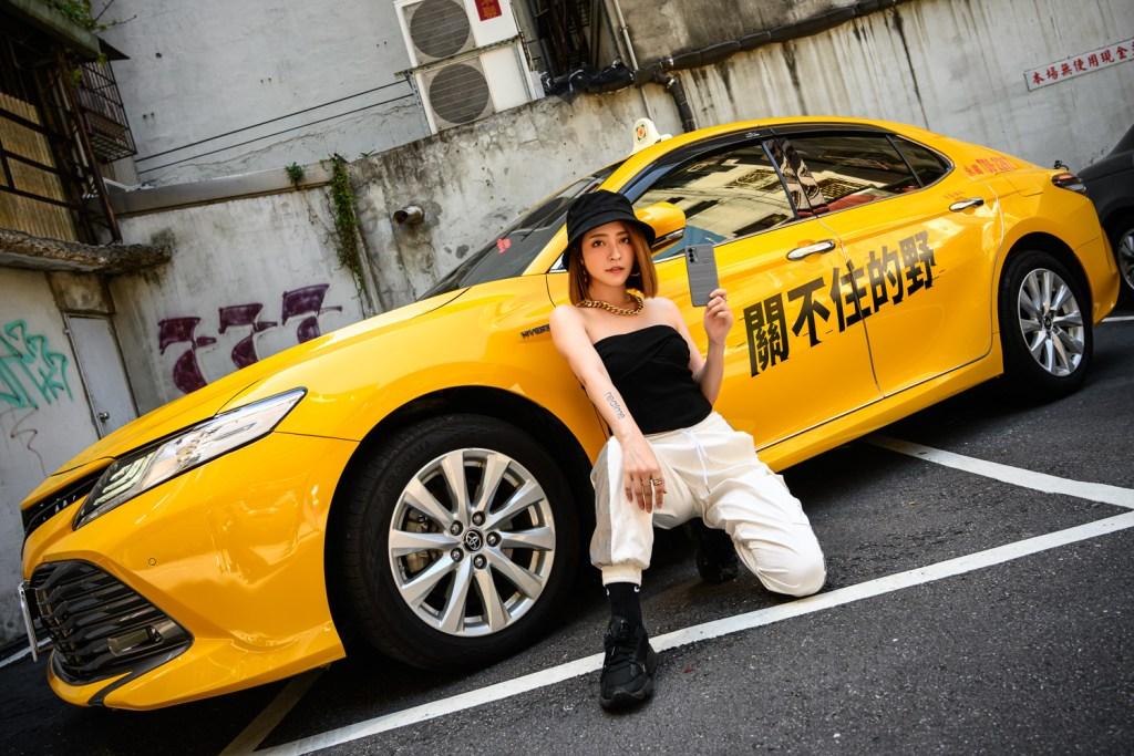 「關不住的野」街拍活動,以黃色計程車為背景,用潮酷態度自由穿梭探索城市