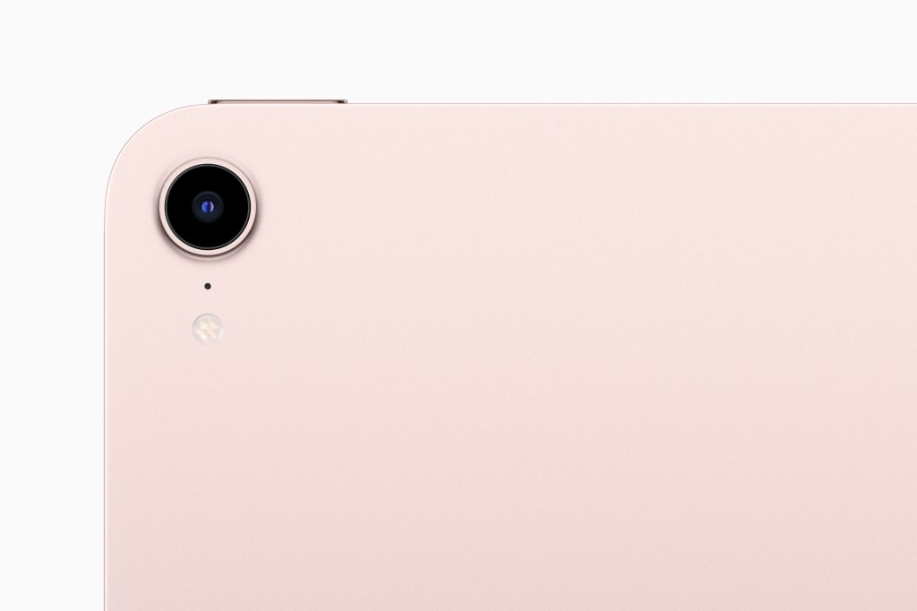 iPad mini 後置相機現在具備 1,200 萬像素感光元件,搭配 Focus Pixels 以及更大的光圈以捕捉清晰、生動的畫面。