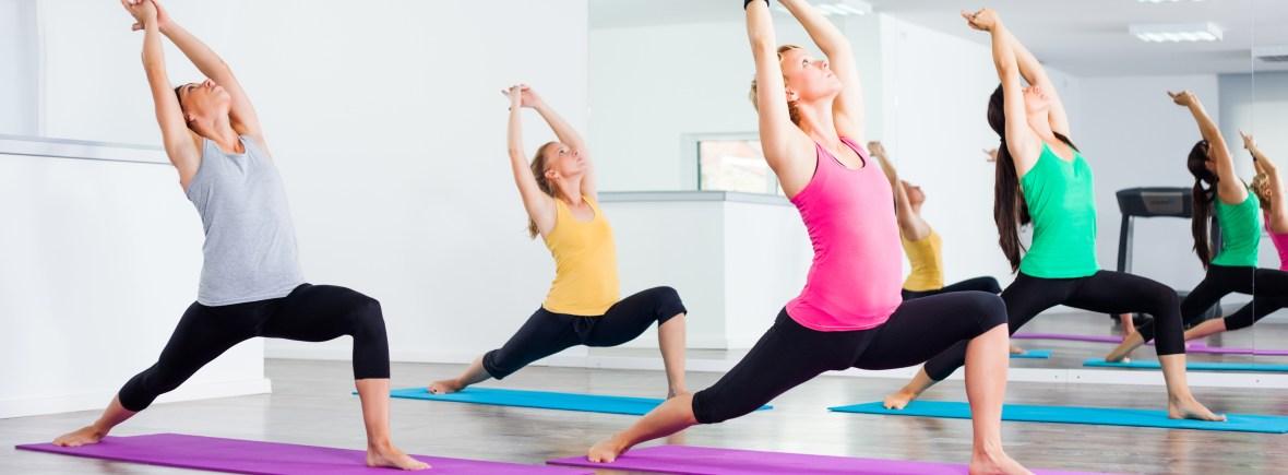 Gruppe von Leuten macht Yoga.