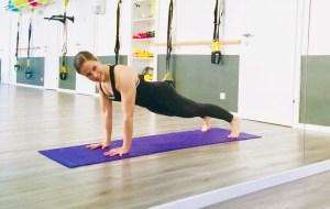 Fitnesstrainerin beim Stützen / in der Planke