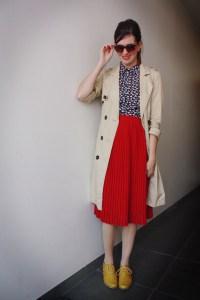 トレンチコートに赤スカート