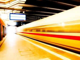 Foto, Langzeitbelichtung, Bahnhof, fahrender Zug
