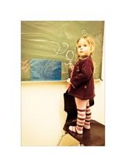 Foto: Mädchen schreibt an der Tafel