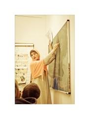 Foto: Lehrerin schreibt an die Tafel