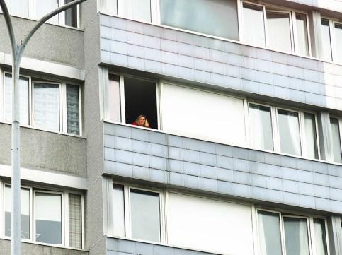 Foto, Frankreich, Frau guckt aus dem Fenster