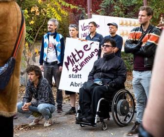 Foto: Menschen bei Protestveranstaltung