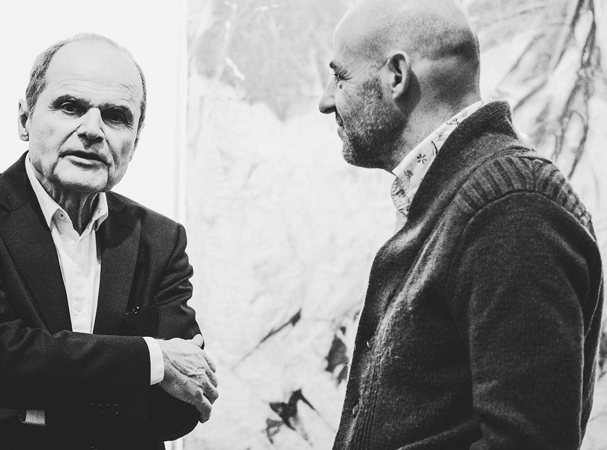 sw-Foto: zwei Männer im Gespräch