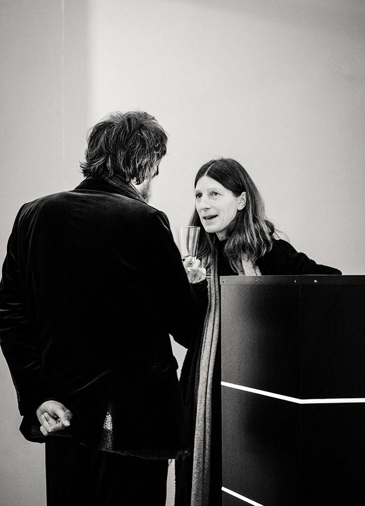 sw-Foto: Frau unterhält sich mit Mann