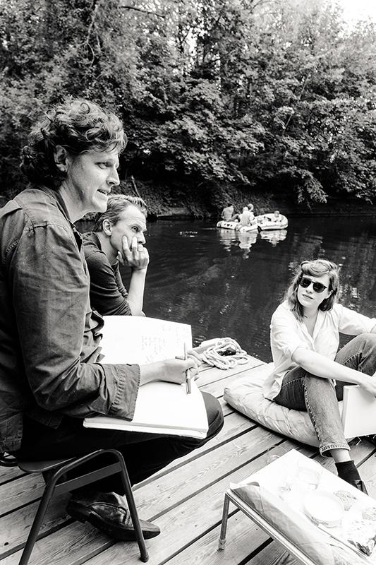 sw-Foto: Menschen auf Floß