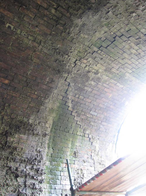 ....which continues across the tunnel roof and down the other side.
