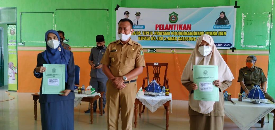 Bupati Takalar Syamsari saat memberikan SK pengangkatan kepada masing-masing direktur rumah sakit yang akan dioperasikan Pemkab Takalar